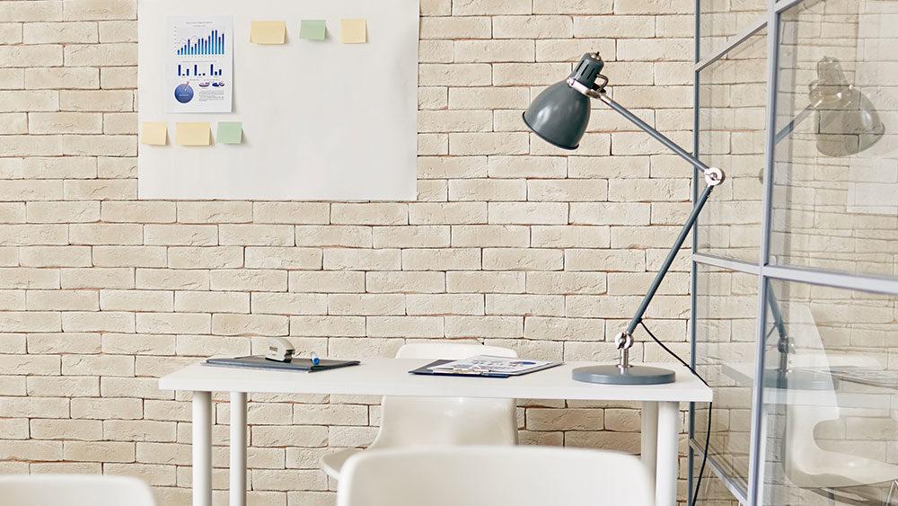 lampada da ufficio in ambiente chiaro