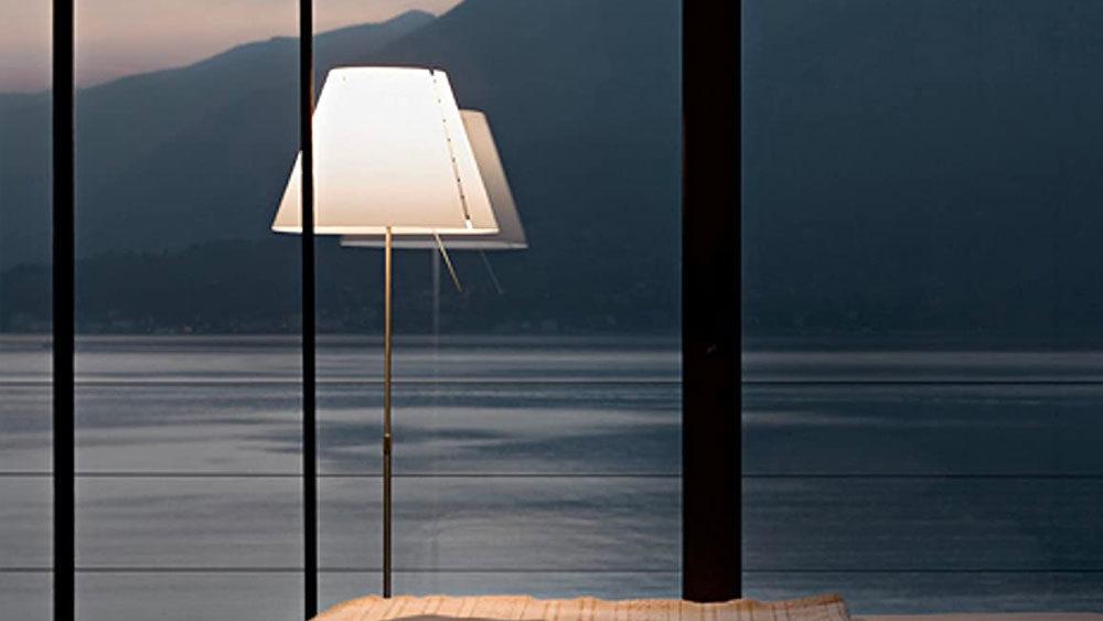 lampada su sfondo lago