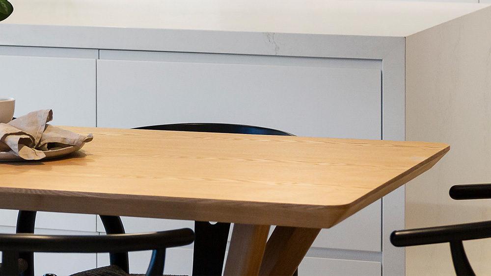 tavolino in legno chiaro