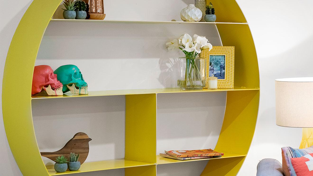 mensola di design in legno gialla