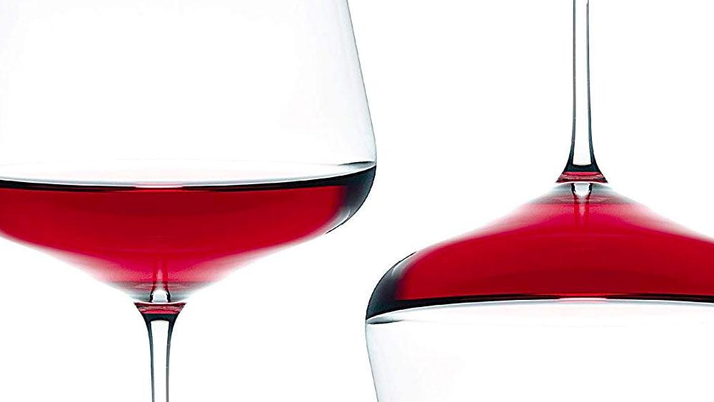 bicchieri da vino rosso di design pieni