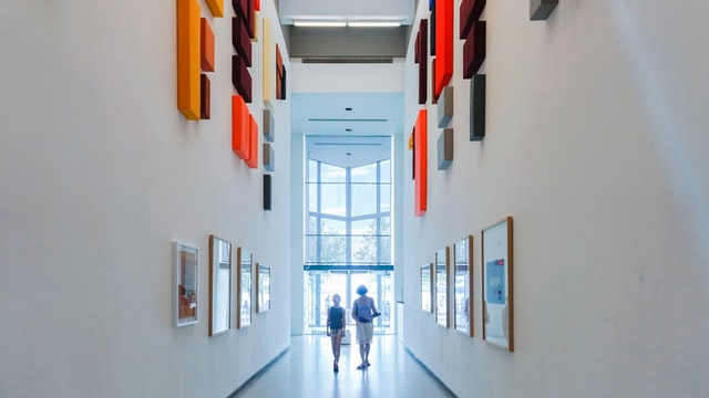 due persone in un corridoio dal design moderno
